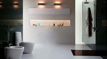 Un tipico bagno moderno con giochi di colore bianco/nero