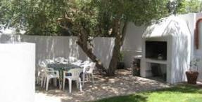 Un barbecue in muratura costruito nel giardino