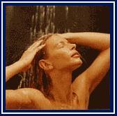 Ragazza che si fa la doccia