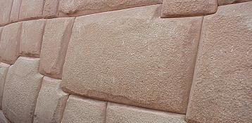 Un bellissimo muro con grandi pietre