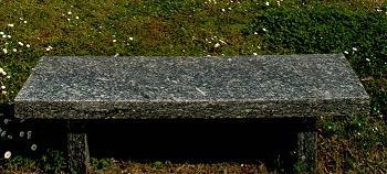 Una tipica panchina in pietra da giardino