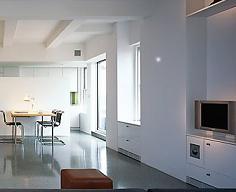 Un soggiorno arredato in stile moderno
