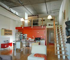 Loft stile americano con ambienti molto alti e soppalco