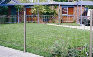 Recinzione del giardino con rete metallica